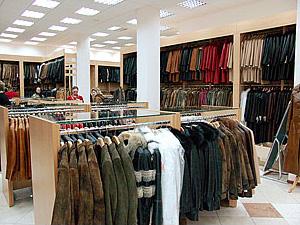 Важной частью интерьера магазина стали примерочные. . Простенькие шторки на металлических штангах и навесные